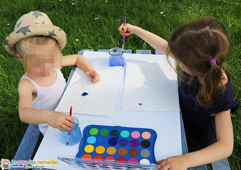 peindre à la peinture aquarelle dans le jardin