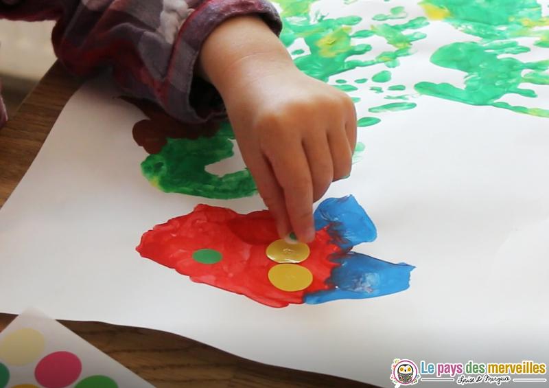 coller des yeux mobiles sur une peinture de chenille
