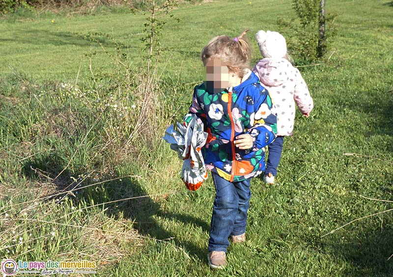 enfant qui cherche des oeufs dans le jardin
