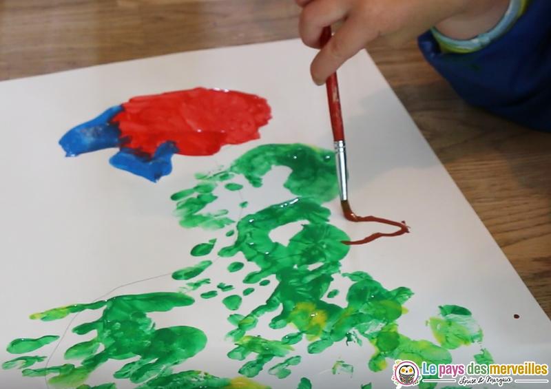 dessiner les pattes d'une chenille avec de la peinture