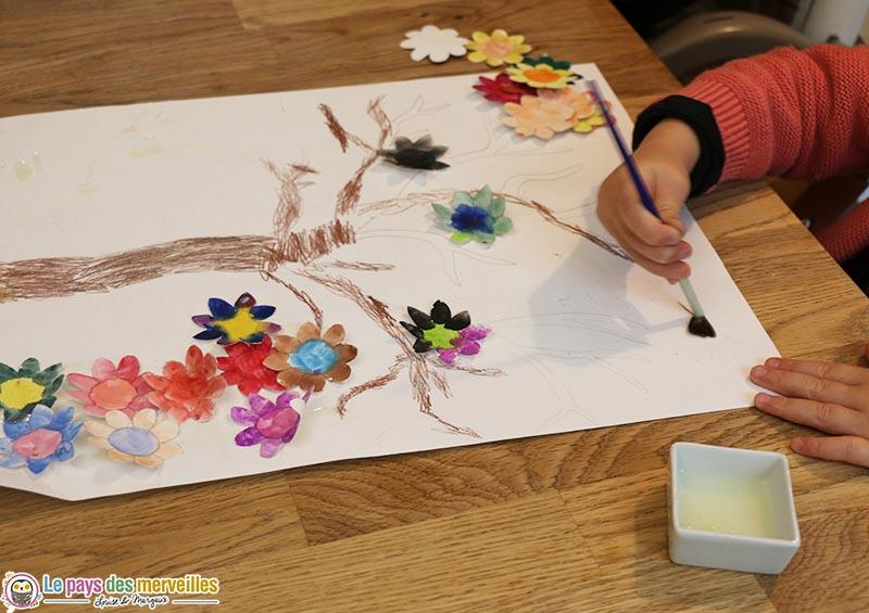 collage de fleurs sur le dessin d'un arbre