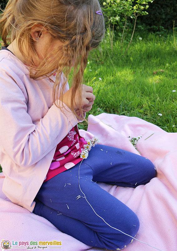 Enfiler des fleurs sur une tige de fil de fer