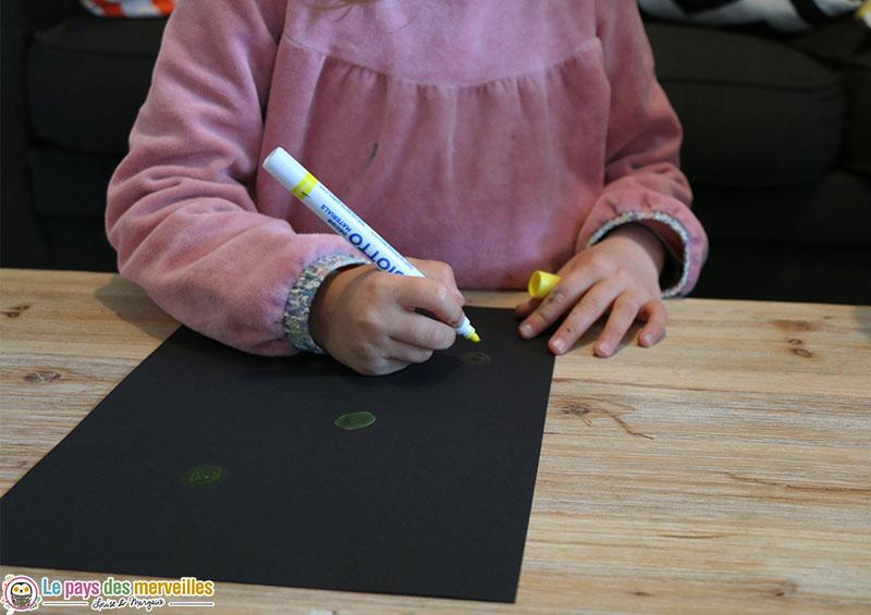 dessiner des cercles jaune sur une feuille noire