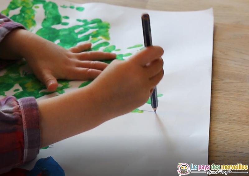 dessiner des traits verticaux avec des crayons de couleurs