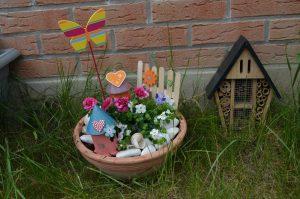mini jardin décoratif dans un pot en terre
