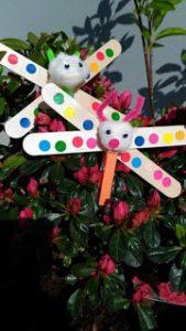 papillon avec des batonnets en bois