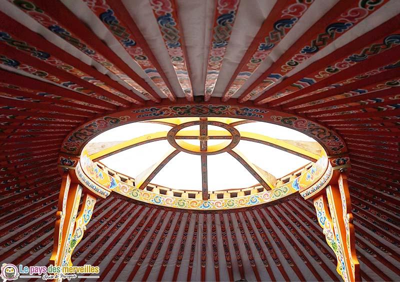 décor mongol sur le plafond d'une yourte