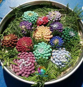 Plateau de printemps avec des pommes de pin peintes