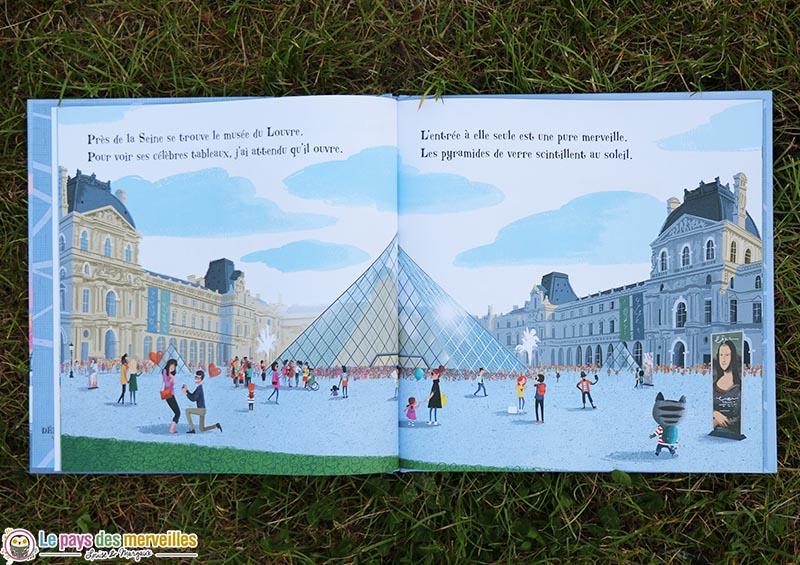 Minou en visite au musée du Louvre pour voir la Joconde