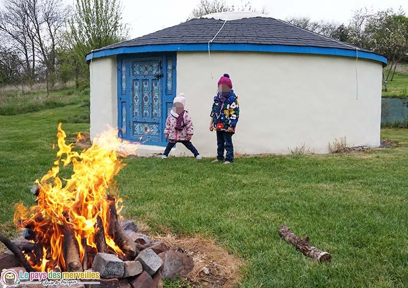 feu de bois devant une yourte