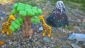 Arbre en playmaïs et Kilimandjaro en papier maché