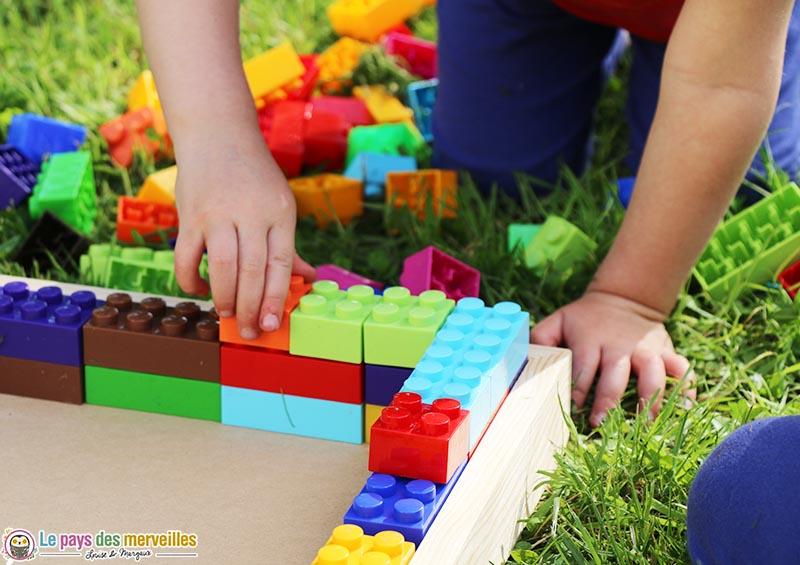 contour du carré potager avec des briques de construction à emboiter
