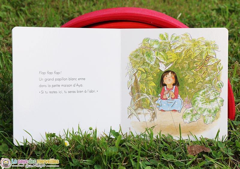 Illustrations d'Aya abritée sous sa cabane de feuilles