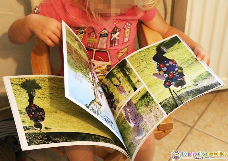 Margaux qui feuillette son livre photo