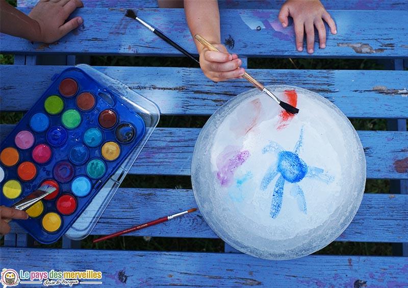 peinture à l'eau sur un glaçon géant