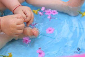Bain sensoriel avec des pétales de fleurs