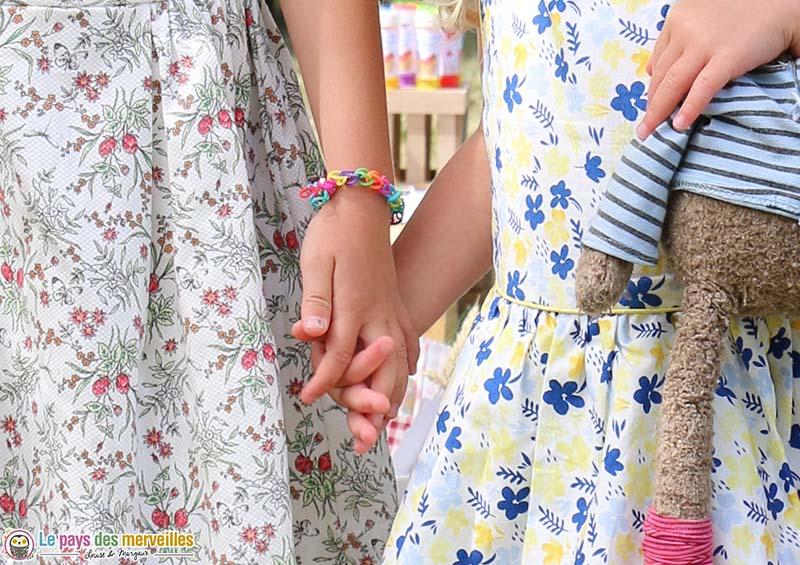 complicité entre soeurs main dans la main
