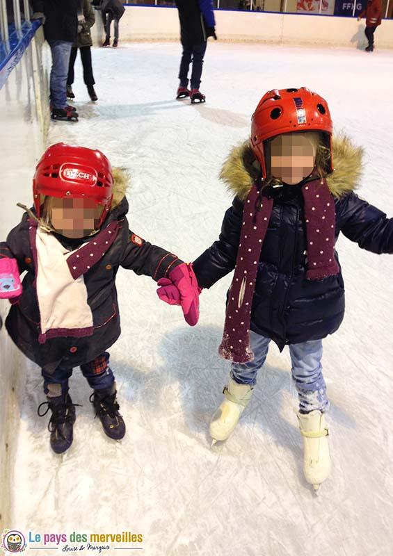 patinoire avec deux enfants
