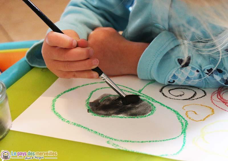 peinture à l'eau sur un dessin à la pastel à l'huile