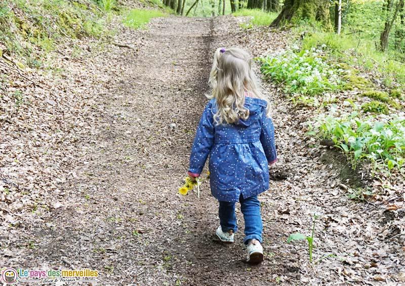 petite fille qui marche dans la foret