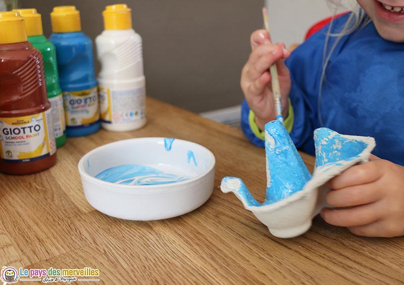peinture bleu sur une boite à oeufs