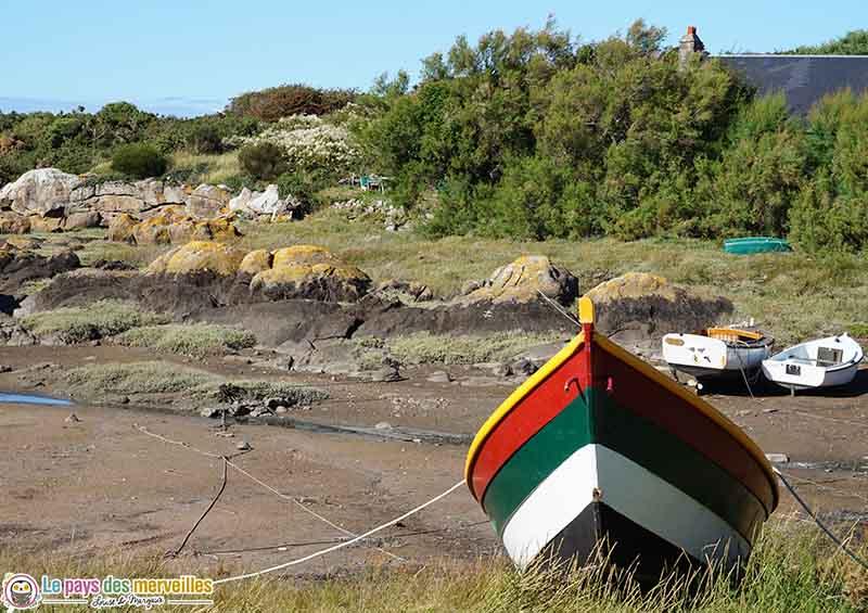 Bateau à marée basse sur les îles chausey