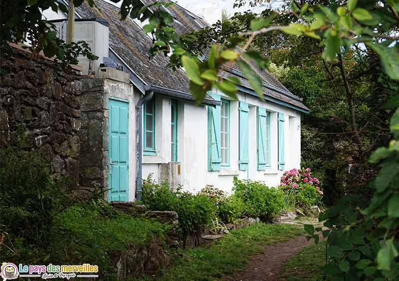 maison aux volets bleus sur l'île Chausey