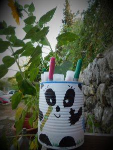 pot à crayons panda avec une boite de conserve peinte