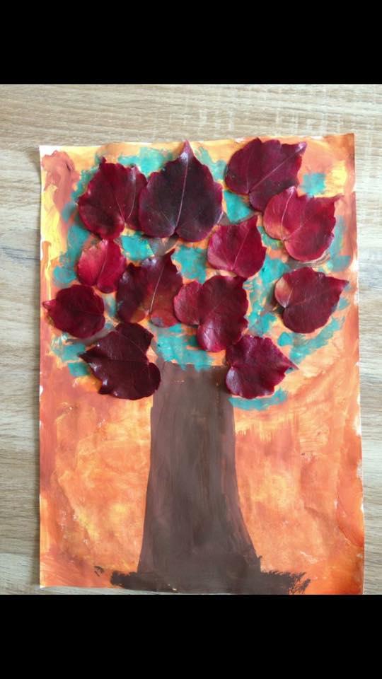 Arbre d 39 automne avec des empreintes de feuilles d 39 arbres - Bricolage d automne avec des feuilles d arbre ...