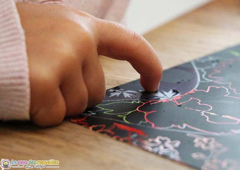carte à gratter avec le doigt