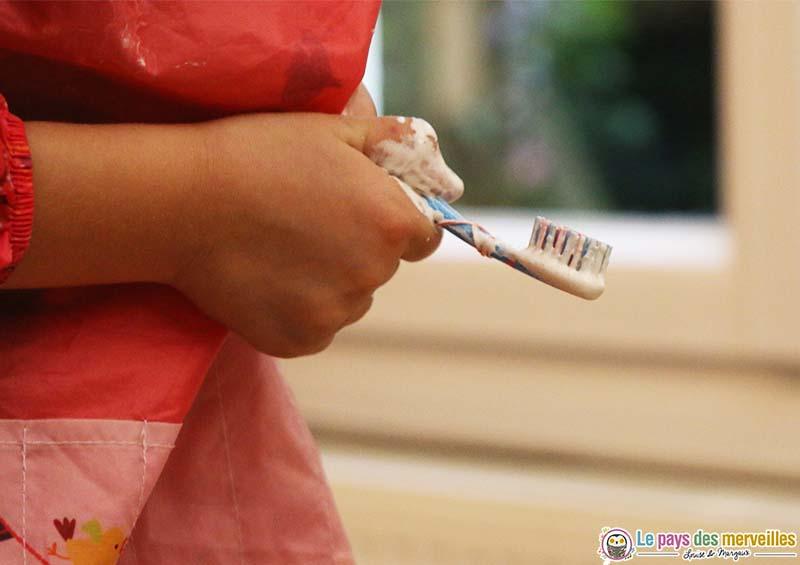 peindre avec une brosse à dent
