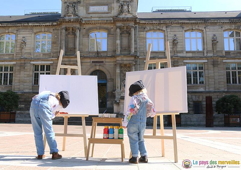 enfant peintre devant le musée des beaux-arts de Rouen