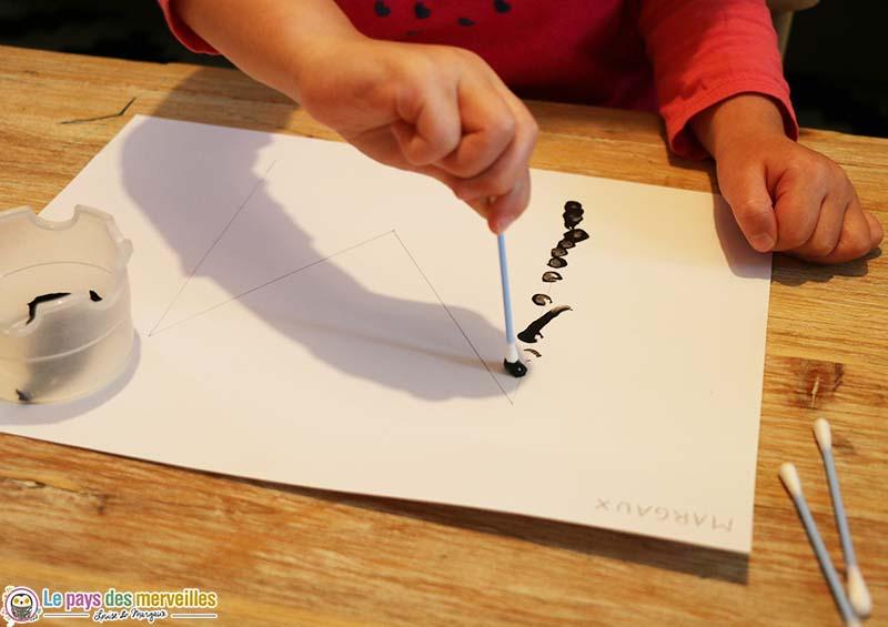 peindre l'initiale du prénom avec un coton-tige