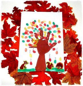 arbre d'automne avec l'empreinte de la main