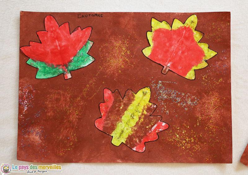 Art visuel : oeuvre d'automne avec symétrie de feuilles d'arbre