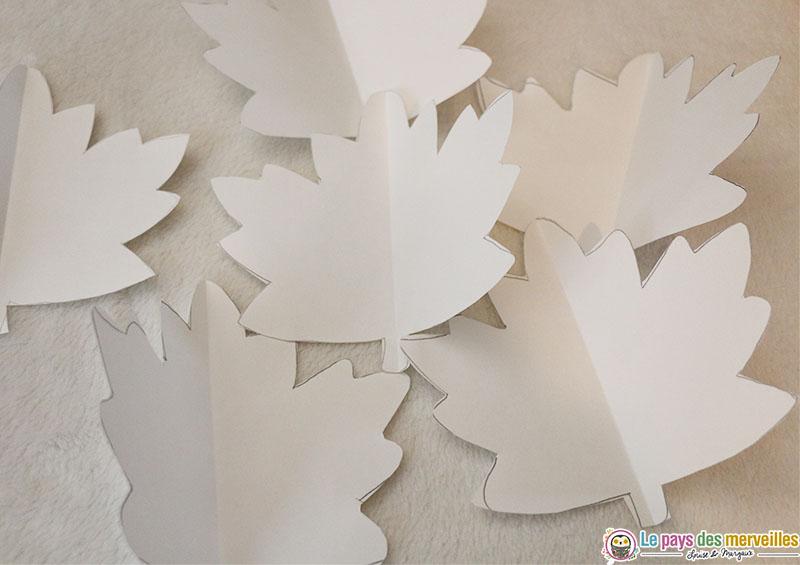 feuilles d'automne en papier avec pliage de l'axe de symétrie