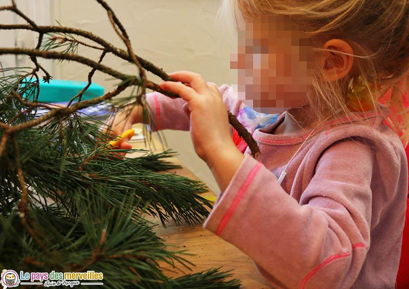 Couper des branches de pin