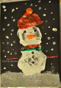 bonhomme de neige peint avec une empreinte de chaussure
