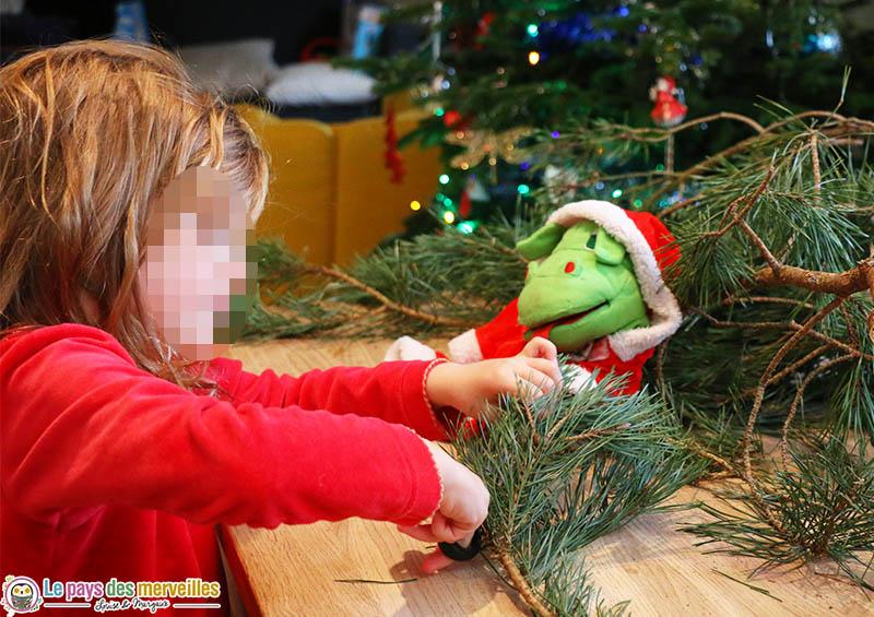 Bricolage de Noël avec des branches de pin