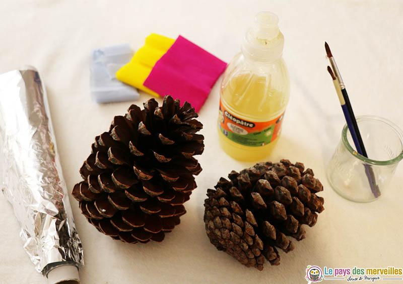 Matériel pour réaliser une pomme de pin de Noël