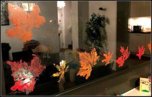 peinture sur les vitres avec des feuilles d'arbre