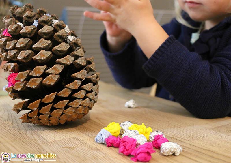 pomme de pin décorée avec du papier