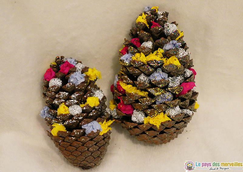Pommes de pin de Noël décorée avec des boulettes de papier