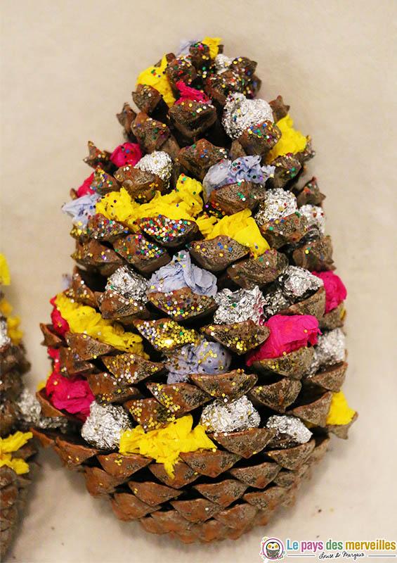 pomme de pin de Noël avec des paillettes