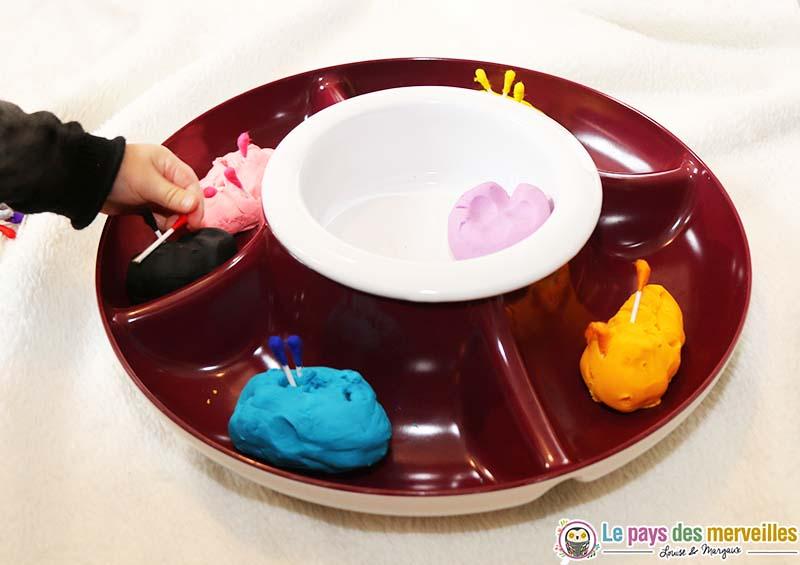 association de couleurs avec des cotons-tiges et de la pâte à modeler