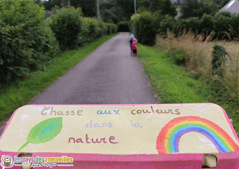 Chasse aux couleurs dans la nature avec une boite à oeufs