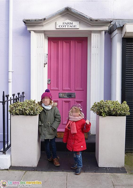 Enfants devant une maison colorée de Nothing Hill