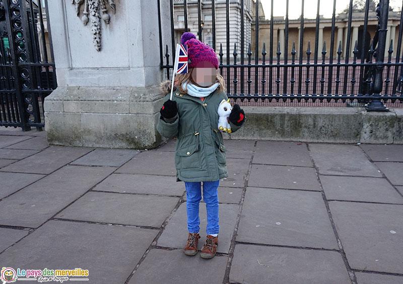 Devant les grilles de Buckingham Palace