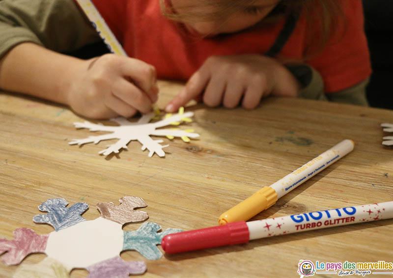 Décorer des flocons de neige en papier