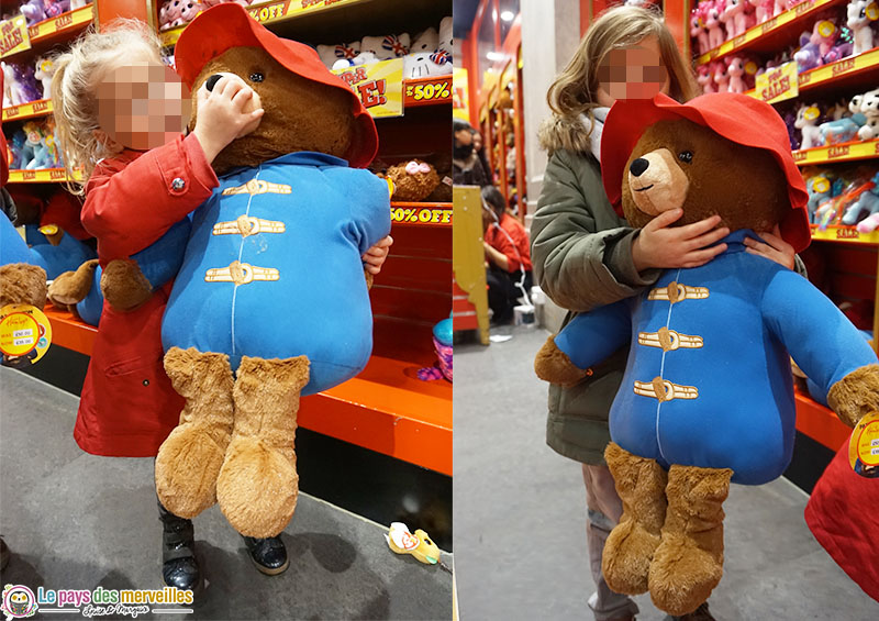 Peluche Paddington géante au magasin de jouets Hamleys à Londres